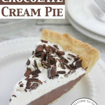 Looking for an easy and delicious chocolate cream pie recipe the whole family can enjoy? Try this one! :: welcometothefamilytable.com